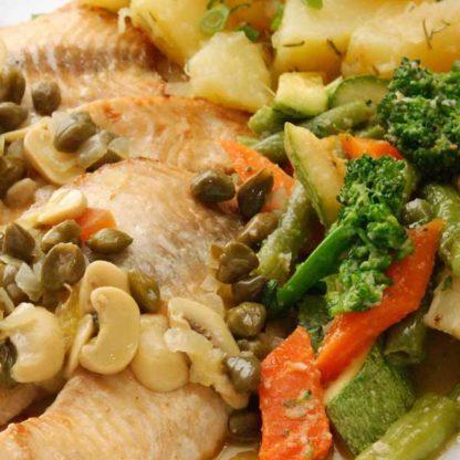 Tilápia assada com quinoa e vegetais