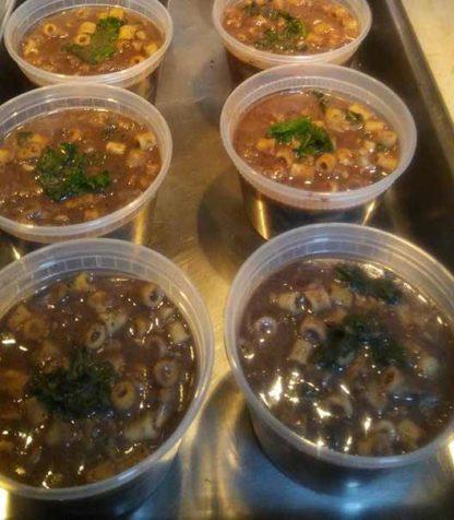 Sopa de feijão com macarrão e kale